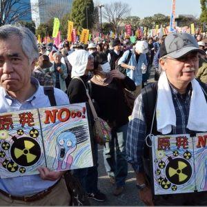 Des milliers de manifestants ont défilé samedi à Tokyo pour exiger l'abandon rapide de l'énergie nucléaire au Japon, près de deux ans jour pour jour après le début de la catastrophe de Fukushima. | AFP/YOSHIKAZU TSUNO